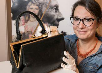 Museumsdirektorin Dr. Ulrike Sbresny inspizierte die letzte von Victoria Luise genutzte Handtasche. Foto: Schlossmuseum Braunschweig/Peter Sierigk
