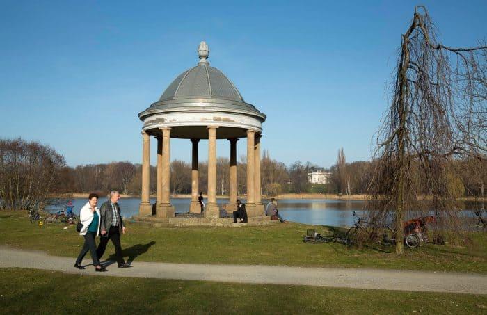 Blick vom Rundtempel über den Spielmannsteich hinweg auf das Schloss Richmond. Archivfoto: Peter Sierigk