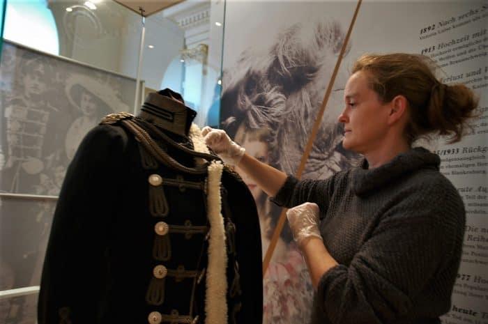 Sabine Kißler bereitet die Uniform für die Sonderausstellung vor. Foto: Schlossmuseum