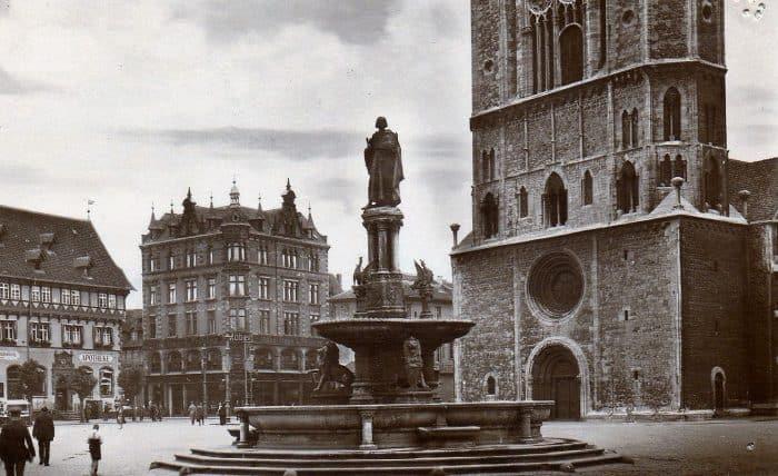 Nur das Portal der Hagenmarkt-Apotheke (links) überstand die Kriegszerstörung. Heute ist es auf der Nordseite des Gewandhauses eingebaut. Foto: Archiv: Ostwald