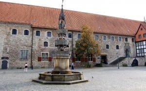 Das Portal der früheren Hagenmarkt-Apotheke ist heute Teil des Gewandhauses. Foto: Archiv: Ostwald
