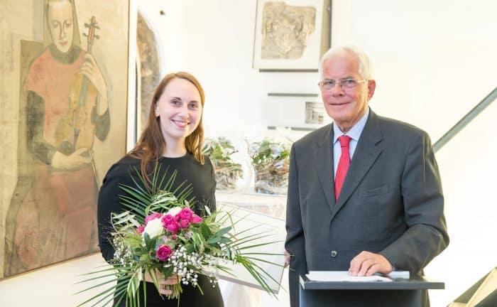 Künstlerin Judith Dilchert erhielt die Stipendien-Urkunde vom Vorsitzenden der Braunschweigischen Stiftung Gerhard Glogowski. Foto: DBS