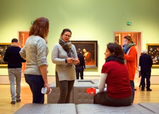 Die Arbeitsgruppe erkundet das Herzog Anton Ulrich-Museum. Foto: Die Braunschweigische Stiftung / Nils Hildebrand