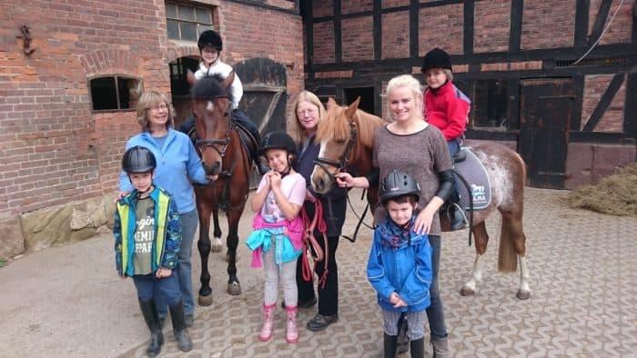 Kümmern sich um die Kinder und die Pferde: (von links nach rechts) Gundula Fischer, Cornelia Moselewski, Maria Hagebölling.