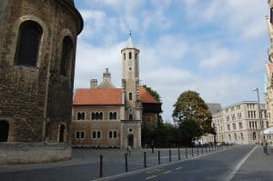 Die Abrisskante an der rekonstruierten Burg soll an die frühere Stiftskirche St. Peter und St. Paul erinnern. Foto: Thomas Ostwald