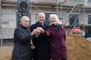 Gute Laune beim Richtfest: Erika Borek (links), Richard Borek und Ursula Hellert, Gesamtleiterin des CJD Braunschweig.