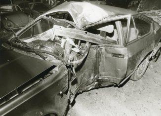 Hatte die Stasi bei dem mysteriösen Unfall von Lutz Eigendorf die Finger im Spiel? Der 1979 aus der DDR geflüchtete Eintracht-Fußballer verunglückte am späten Abend des 5. März 1983 auf der Forststraße in Querum und prallte gegen einen Baum. Er erlag zwei Tage später seinen schweren Kopfverletzungen. Eigendorf war DDR-Nationalspieler und spielte zuvor für den Stasi-Klub BFC Dynamo. Bis heute hält sich wegen vieler Ungereimtheiten die Mord-Theorie. Bewiesen werden konnte sie allerdings nicht. Foto: Helmut Wesemann / Stadtarchiv