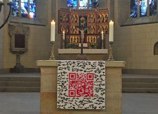 Der Altarschmuck mit QR-Code in der Klosterkirche St. Marienberg Helmstedt. Foto: Paramentrenwerkstatt der von Veltheim-Stiftung