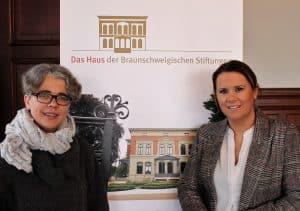 Insa Heinemann (links), neue Leiterin des Hauses der Braunschweigischen Stiftungen, mit ihrer Vorgängerin Susanne Hauswaldt. Foto: Löwe
