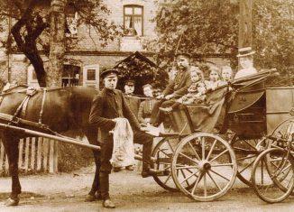 Landpostwagen vor der Postagentur Groß Schwülper. Screenschot aus dem Katalog
