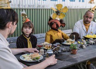 """Die achtjährige Pottan landet in den Ferien statt auf einem Ponyhof auf einem Schrottplatz. Zusammen mit Dennis, Ture und Rydberg baut sie dort eine Rakete, um ins All zu fliegen. Szene aus der schwedischen Komödie """"Ab in den Himmel"""". Foto: Kinderfilmfest Sehpferdchen."""