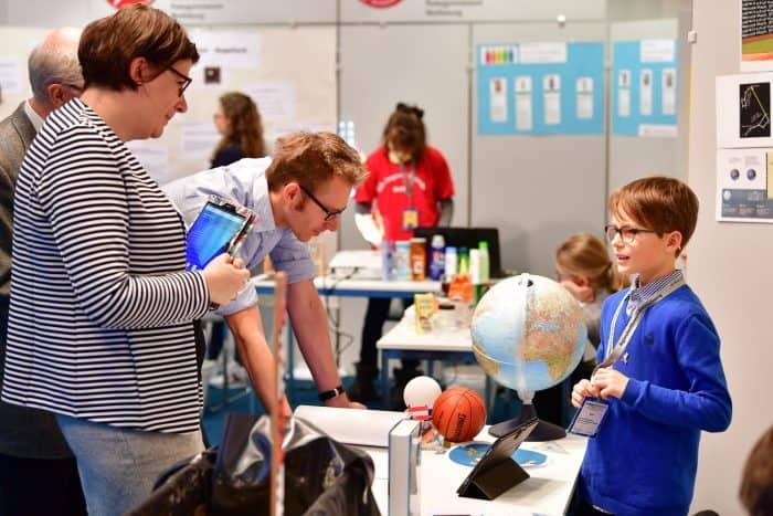 Die Jury stellte den jungen Forschern Fragen zu ihren Versuchen. Foto: Die Braunschweigische Stiftung / Andreas Greiner-Napp