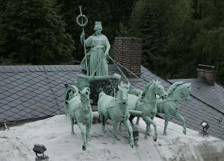 Die Quadriga auf der Seesener Züchner-Villa weist starke Korrosionsschäden auf und muss restauriert werden. Foto: privat