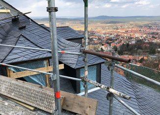 Die Dachfläche über dem Alten Flügel mit Übergang zum Turm. Foto: Sven Ungethüm.