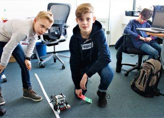 Maximilian und Hugo präsentieren ihr autonomes Fahrzeug. Foto: Der Löwe
