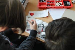 Der Lego-Roboter muss gebaut werden. Foto: Der Löwe