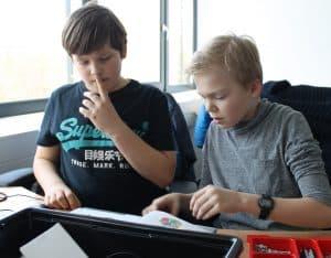 Die Kinder arbeiten konzentriert. Foto: Der Löwe
