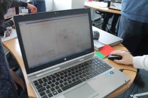 Am Laptop wird das Fahrzeug programmiert. Foto: Der Löwe