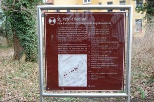 Die Hinweistafel am Eingang des St. Petri Friedhofs. Foto: Thomas Ostwald