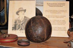 Schautafel zu August Hermann mit rundem Ball im Heimatmuseum Lehre. Foto: Thomas Ostwald