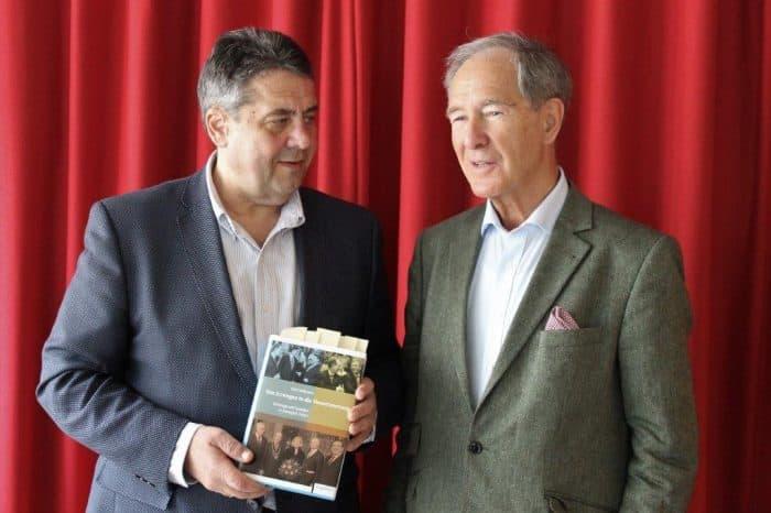 : Gert Hoffmann (rechts) mit Sigmar Gabriel während der Buchvorstellung in Berlin. Foto: Der Löwe