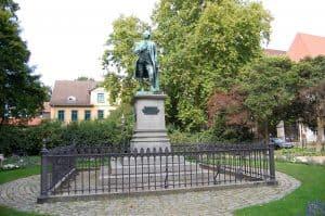 Das Lessing-Denkmal mit der ehemaligen Garnisonsschule dahinter. Foto: Thomas Ostwald