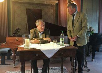 Christoph Helm, Vorsitzender des Vereins Kulturstadt Wolfenbüttel, begrüßte Gert Hoffmann (am Tisch) zur Autorenlesung. Foto: Stiftung Braunschweigischer Kulturbesitz