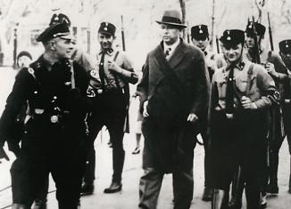 Braunschweigs Oberbürgermeister Ernst Böhme wird von Angehörigen der SS-Hilfspolizei am 25. März 1933 gewaltsam durch die Stadt ins SS-Haftlokal gebracht, dort gefoltert und zum Amtsverzicht gezwungen. Foto: Braunschweigisches Landesmuseum/Screenshot Katalog
