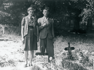 Ein polnisches Ehepaar am Grab seines Kindes auf dem Friedhof in Rühen (1945). Foto: Volkswagen Aktiengesellschaft/Screenshot Katalog