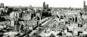 Blick von Osten auf die zerstörte Innenstadt: links der Dom, in der Mitte die Katharinenkirche, rechts Adreaskirche, im Vordergrund die Fallersleber Straße. Foto: Stadtarchiv Braunschweig/Screenshot Katalog