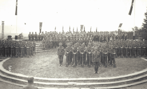 Aufmarsch des Arbeitsdienstes bei der Thingplatzweihe in Holzminden. Foto: Stadtarchiv Holzminden/Screenshot Katalog