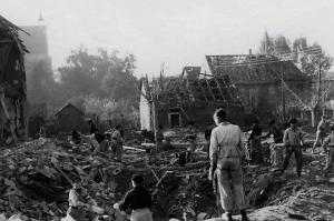 Hitlerjungen beim Trümmeraufräumen auf dem Grundstück Klostergang 62 in Riddagshausen. Foto: Archiv Reinhard Wetterau/Screenshot Katalog