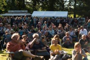 Entspanntes Grooven vor der Bühne bei Jazz im Park (Szene aus 2017). Foto: Braunschweigische Landschaft/Sebastian Schollmeyer