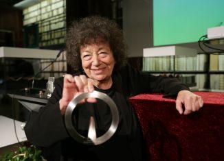 Elizabeth T. Spira mit dem Lessing-Preis für Kritik. Foto: Lessing-Akademie/Nizar Fahem
