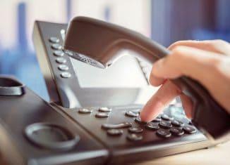 Der Griff zum Telefon kann der Ausweg aus einer Lebenskrise sein. Foto: Getty Images