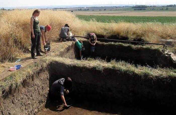 Studenten und Doktoranten bei den Ausgrabungen rund um die Hünenburg in Watenstedt. Foto: Braunschweigische Landschaft