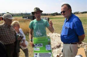 Dr. Immo Heske von der Georg-August-Universität Göttingen erläutert einer Gruppe die Hünenburg bei Watenstedt. Foto: Braunschweigische Landschaft