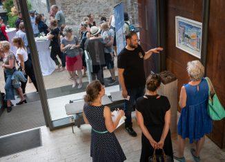 Christof Mascher erläutert eines seiner Werke. Foto: Marius Maasewerd