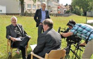 Interview mit Architekt Ulrich Hausmann (links) vor der St. Thomas-Kirche in Helmstedt. Foto: Der Löwe