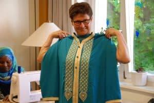 Ein Kleid, das in dieser Form in Afrika getragen wird, entstand in Co-Produktion. Foto: Diakonie des Landkreises Helmstedt