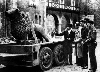 Der Löwe kehrt zurück und Gertrud Parrisius-Bingel fing den Moment mit ihrer Kamera ein. Foto: Gertrud Parrisius-Bingel