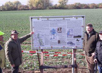 Stellten die 25. archäologische Hinweistafel der AG Heimatpfleger auf: (von links) Rudolf Zehfuß, Harald Schraepler, Thorben Uchtmann und Horst Kurzeia. Foto: Braunschweigische Landschaft