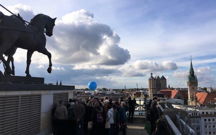 Am Jubiläumstag war die Braunschweiger Quadriga bei bestem Wetter und klarer Sicht Anziehungspunkt für 1800 Besucher. Foto: Der Löwe