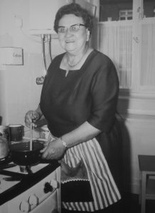 Martha Fuchs beim Kochen. Foto: Stadtarchiv
