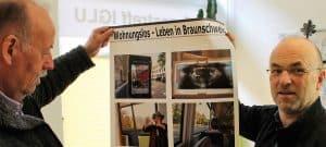 Initiator Uwe Söhl und Kurator Klaus G. Kohn begutachten das Plakat. Foto: Der Löwe