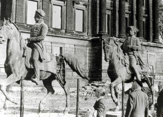 Die Reiterstandbilder vor dem zerstörten Schloss. Foto: Archiv Wedemeyer