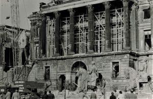 Der Schlossabriss hat begonnen, die Reiterstandbilder sind schwer beschädigt. Foto: Archiv: Wedemeyer