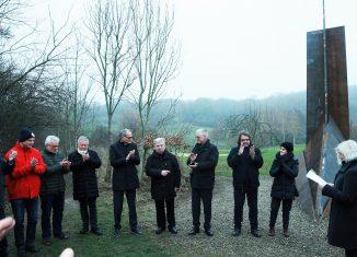 """Gerd Winner erhält viel Applaus für seine Skulptur """"Schwerter zu Pflugscharen"""". Foto: Host Körner"""