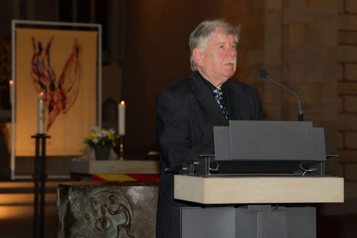 Gerd Winner in der Klosterkirche St. Marienberg mit seinem gewobenen Kunstwerk. Foto: Die Braunschweigische Stiftung / Andreas Greiner-Napp