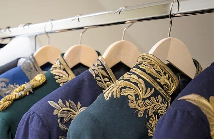 Die im Braunschweigischen Landesmuseum gelagerten zivilen Uniformen zivilen wurden nach Schimmelbefall aufgearbeitet. Foto: BLSM / Ilona Döring